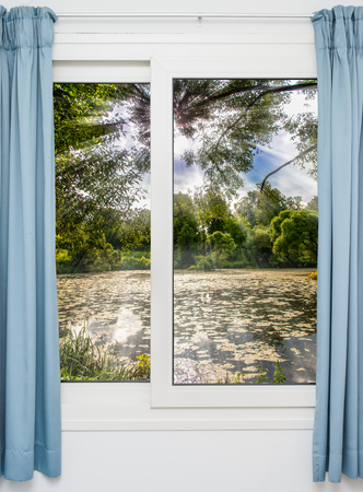 schlagbaum: Blick aus dem Fenster auf der Chaussee in den fr�hen Morgen