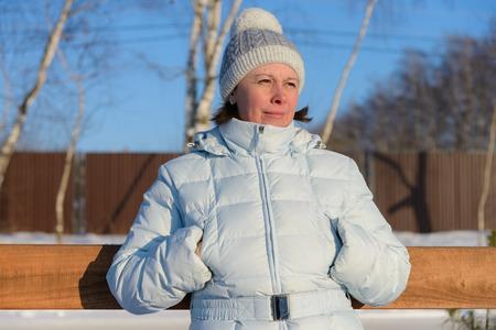 pompom: donna di mezza et� in una giacca da sci e un cappello con pon pon