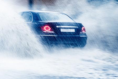 rain weather: Paseos en coche en el agua grande en la lluvia