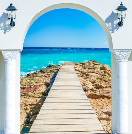 岸壁と海に開いている窓からの眺め