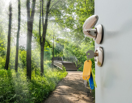 ドアの取っ手とキーを開かれ、はしごのビュー