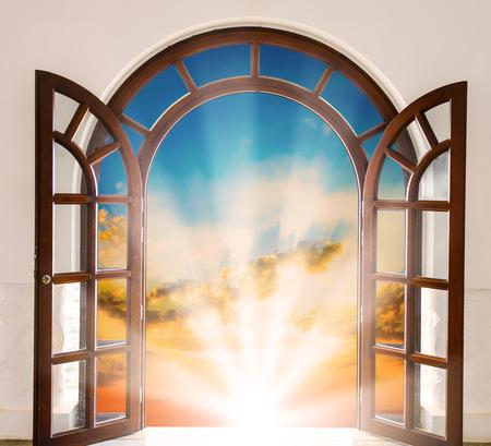 太陽空と空のビューで白い扉を開けてください。