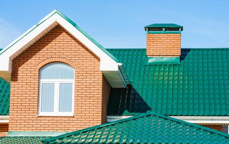 ウィンドウを持つ切妻屋根専用住宅新しいモダンな家 写真素材