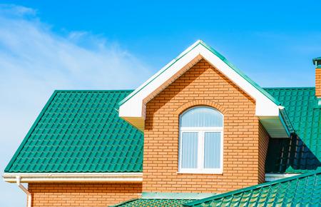Toit à pignon nouvelle maison moderne résidentiel privé avec une fenêtre Banque d'images - 39092631