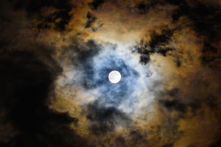 noche y luna: noche de luna llena la luna brilla a través de la nube
