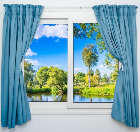 ventana abierta: vista desde la ventana en el cuerpo de agua y el árbol en verano Foto de archivo