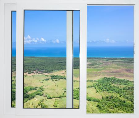 Natuur landschap met uitzicht door een raam met gordijnen