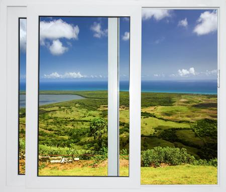 natuur landschap met een uitzicht door een raam met gordijnen Stockfoto