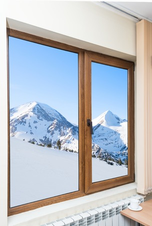 ventana abierta: persianas de la ventana de madera en una casa con un hermoso paisaje Foto de archivo