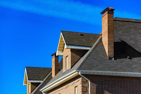 青空家の屋根の上の煙突