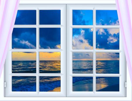 prachtige zonsondergang op het uitzicht op zee vanuit het raam met open gordijnen