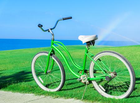 bicicleta vieja que está parada en el césped prado verde
