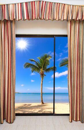 Zomer zonnige dag het uitzicht vanuit het raam op het zee strand met palmboom