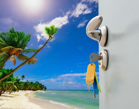 Offene Tür mit Zugang zum Strand der Palmen Standard-Bild - 96143943