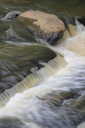 長い露出の川の滝