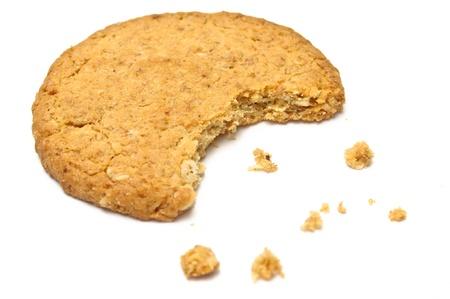 Cookie mit Krümel Seitenansicht isoliert auf weiß