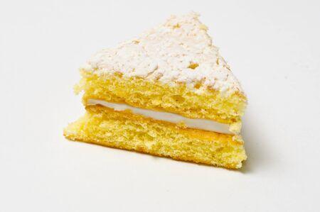 skimming: Lado del tri�ngulo de la cookie de esponja con rozando el llenado aislado en gris