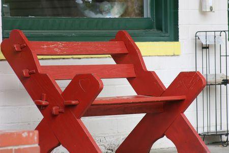 작은 마 거리에 빨간색 벤치