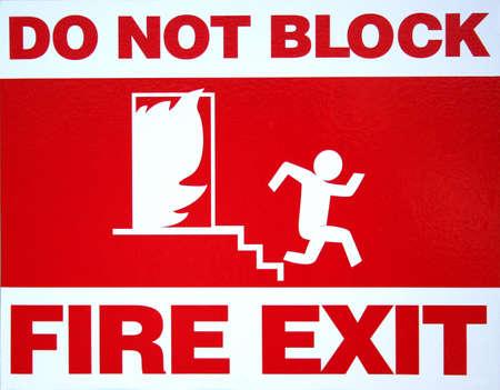 salida de emergencia: Roja y blanca, se�al de salida de incendios en edificio comercial