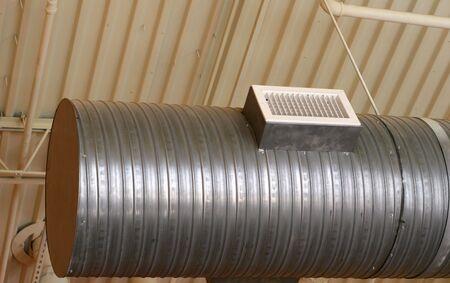 Open aluminium ductwork op plafond van restaurant