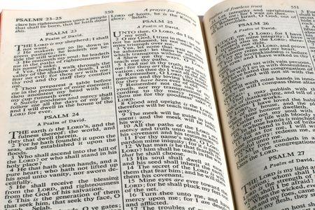 salmo: Versione King James della Bibbia aperta al Salmo 23.