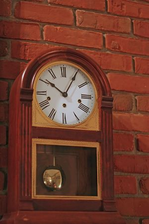 An old mantle clock sitting on mantle of brick chimney Banco de Imagens - 603484