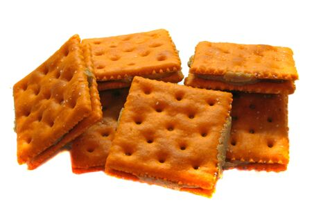 crackers: Queso y galletas de mantequilla de cacahuete aislados en blanco