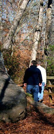 walking alone: Pareja joven gay maile caminar solo en el bosque  Foto de archivo