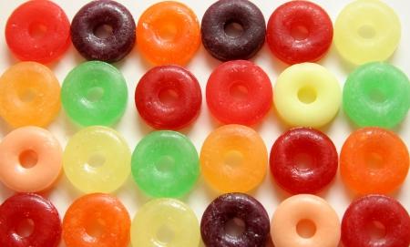 snoepjes: Kleurrijke ronde snoepjes met een gaatje in het midden op witte achtergrond