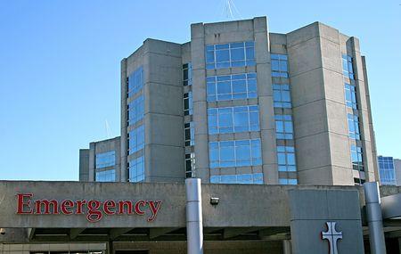 emergencia medica: Entrada a la sala de emergencia en un hospital urbano  Foto de archivo