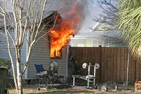 incendio casa: Peque�a casa en llamas con fuego soplando a trav�s de las ventanas