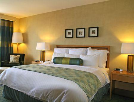 Rey de camas de lujo en una habitaci�n de hotel de lujo Foto de archivo - 944931
