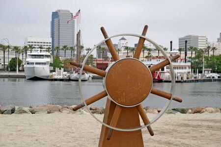 Una vieja rueda de buques en la playa Foto de archivo - 965772