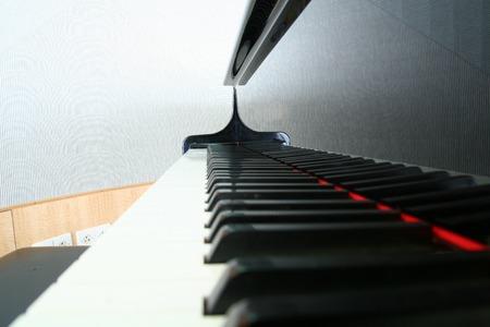 Close-up van een piano toetsenbord met zwarte toetsen weerspiegeld Stockfoto