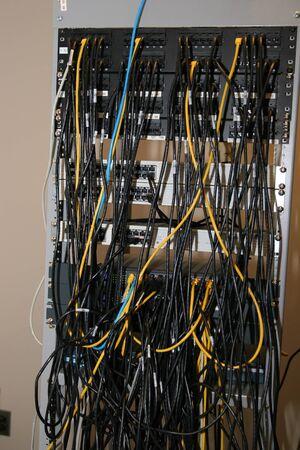 toppa: Un rack pannelli patch contenenti rete e switch