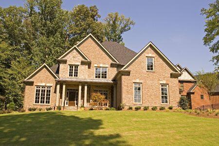 怪しげな美しい丘の上に素敵なれんが造りの家