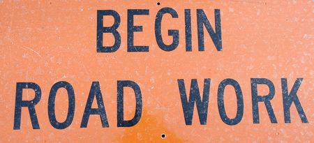 start: Ein Orangen und schwarzen starten Road Work-Zeichen