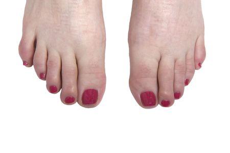 uñas pintadas: Pulido las uñas de los pies de color rojo brillante sobre un fondo blanco  Foto de archivo