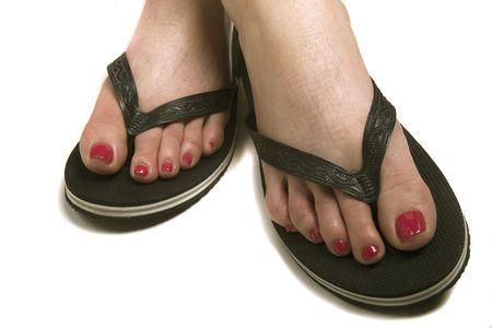 Een vrouw met een frisse pedicuur in goedkope rubberen sandles Stockfoto