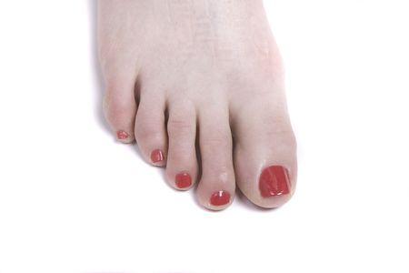uñas pintadas: A pie desnudo con los dedos de los pies pintadas de color rojo sobre un fondo blanco  Foto de archivo