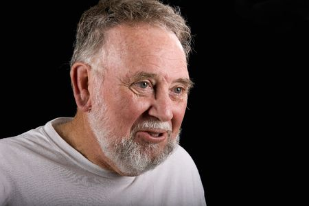 earnest: Un viejo hombre blanco en una camiseta con una grave seriedad o expresi�n