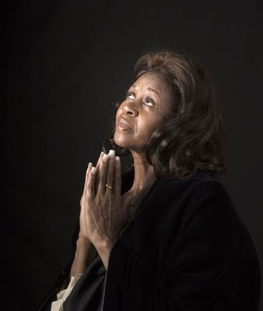 prayer hands: Una donna alla ricerca spirituale verso il cielo e pregando