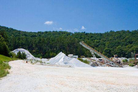 Een grote granieten grind mijnbouw operatie in de bergen