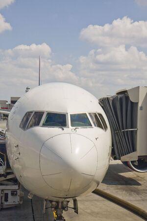 旅客機搭乗ゲートでの鼻 写真素材