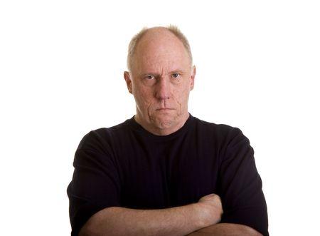 Een oudere kale man in een zwart shirt kijken boos of kwaad