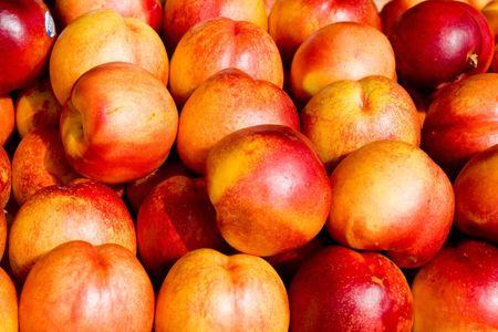 果物市場で新鮮な熟したジューシーなネクタリン