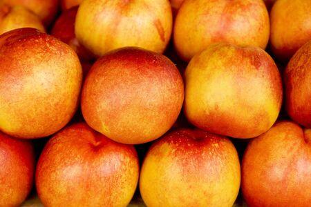 果物市場で新鮮な熟したネクタリンの行