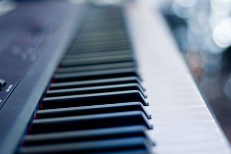 Close-up van een piano toetsenbord gericht op zwarte toetsen Stockfoto