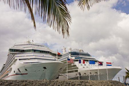 Dwa duże statki wycieczkowe związany w portach Zdjęcie Seryjne - 4776338