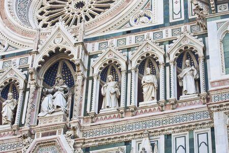이탈리아 피렌체 대성당의 외관을 따라 조각상